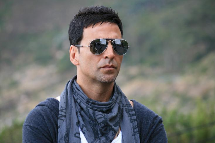 Akshay Kumar plays godfather to one of his leading ladies, lends shoulder again